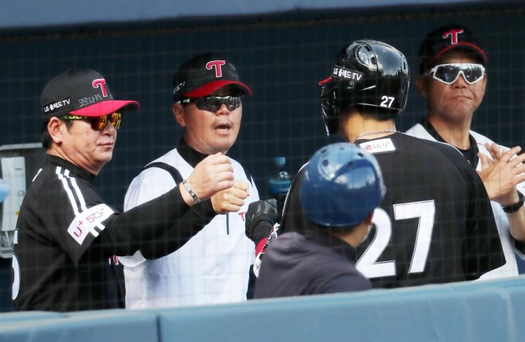 LG Twins manager Ryu Joong-il celebrates with the team's players during the Korea Baseball Organization game against NC Dinos at the NC Park in Changwon, South Gyeongsang Province, May 10. / Yonhap