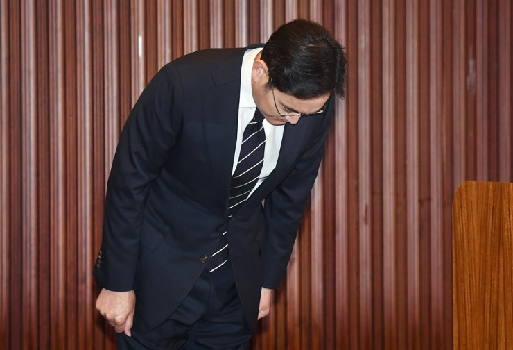 Samsung Electronics Vice Chairman Lee Jae-yong bows before a nationally-televised apology over the company-involved past various wrongdoings at Samsung Seocho Tower, Wednesday afternoon. Yonhap