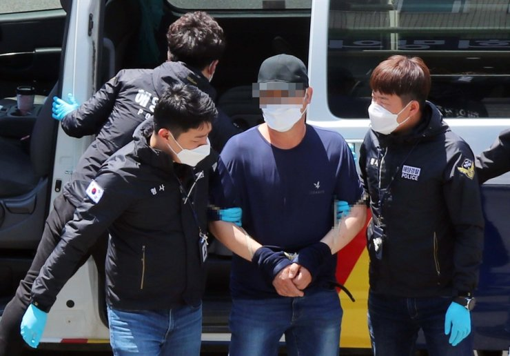 A Chinese man, 43, is taken to the Taean Coast Guard in the coastal city of Taean, South Chungcheong Province, Wednesday, after being arrested for allegedly smuggling himself into Korea with seven other people. Yonhap