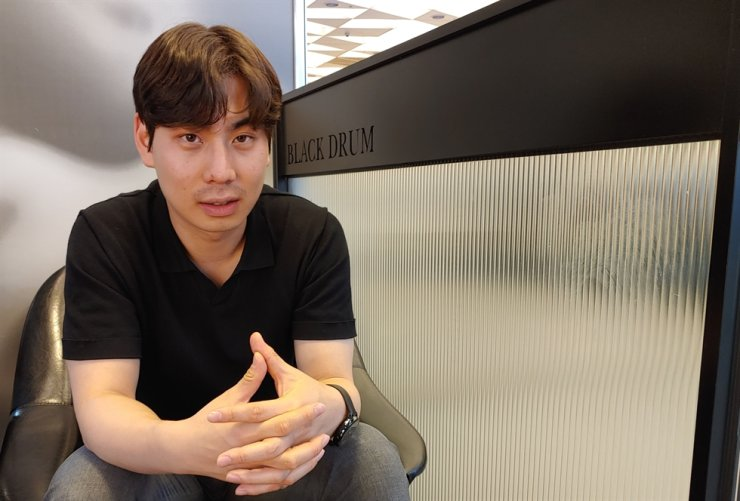 Hyun Sung-jun, CEO of Likealocal, a startup providing mobile tourism information, talks during a recent interview with The Korea Times in Seoul. Korea Times photo by Jung Da-min