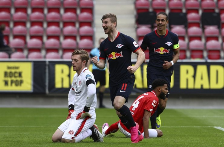 Leipzig's Timo Werner, center, celebrates scoring their fourth goal during a German Bundesliga football match between FSV Mainz 05 and RB Leipzig in Mainz, Germany, Sunday. / AP-Yonhap