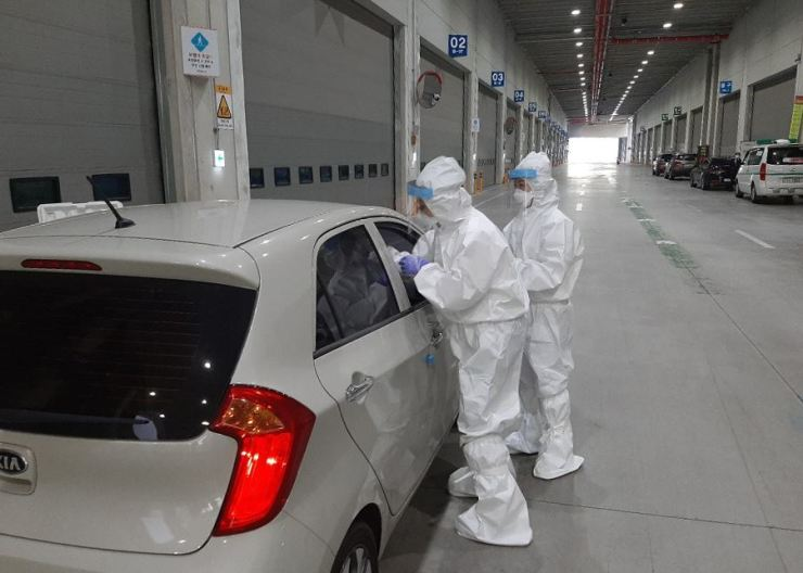 Health officials run COVID-19 tests on Coupang logistics center employees in Goyang, Gyeonggi Province. Courtesy of Goyang City Government.