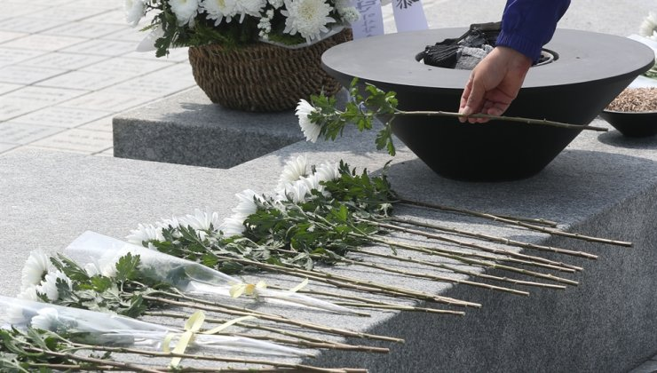A visitor pays his respects to the late President Roh Moo-hyun during a commemorative event to mark the 11th anniversary of his death at Bongha Village in Gimhae, South Gyeongsang Province, Saturday. Yonhap