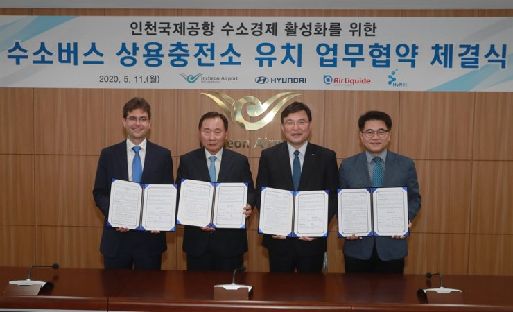 Hyundai Motor President Han Sung-kwon, second from left, poses with Air Liquide Korea president Guillaume Cottet, left, Incheon International Airport Corp. President Koo Bon-hwan, second from right, and HyNet CEO Yoo Jong-soo, after signing an agreement to build charging facilities for hydrogen buses at Incheon International Airport at the airport's headquarters in Incheon, Monday. / Courtesy of Hyundai Motor