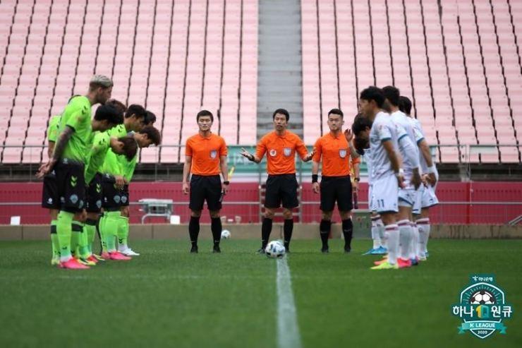 Jeonbuk Hyundai Motors players, left, greet with Daejeon Hana Citizen players before their exhibition match at the Jeonju World Cup Stadium in Jeonju, May 2. Jeonbuk won 3-1. / Yonhap