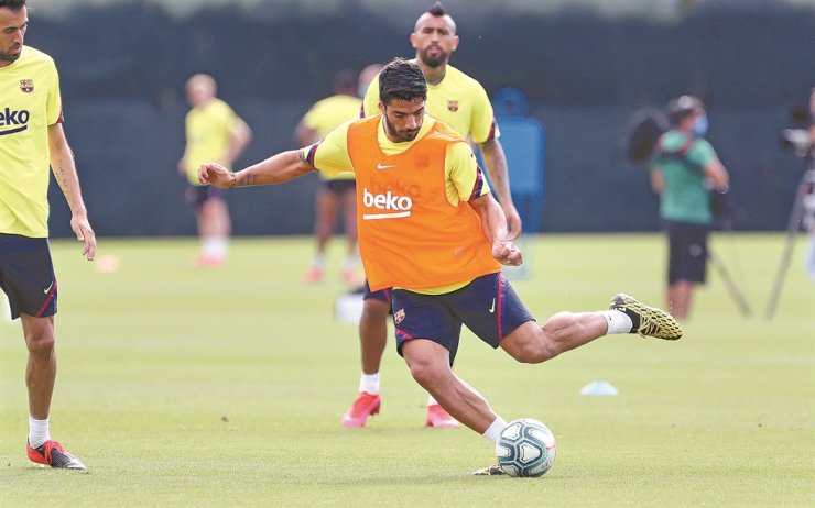 FC Barcelona's striker Luis Suarez kicks a ball during a training session at the Joan Gamper Sports City in Barcelona, Catalonia, Spain, Friday. / EPA-Yonhap