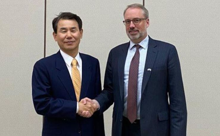 Jeong Eun-bo, left, South Korea's chief negotiator in defense cost-sharing talks with the United States, poses for a photo with his U.S. counterpart, James DeHart. Courtesy of the Ministry of Foreign Affairs