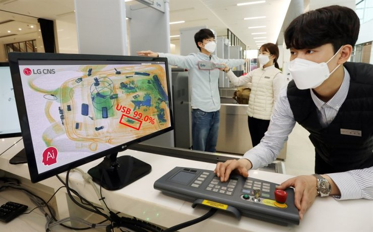 A security official detects a USB thumb drive utilizing an artificial intelligence (AI)-based X-ray analysis system developed by LG CNS, at LG Science Park in Seoul, Tuesday. The company said its AI video analysis systems are currently used at security checkpoints in LG Group units such as LG Display's Seoul lab and Paju plant, and LG Chem's Seoul headquarters office and Ochang plant. / Courtesy of LG CNS