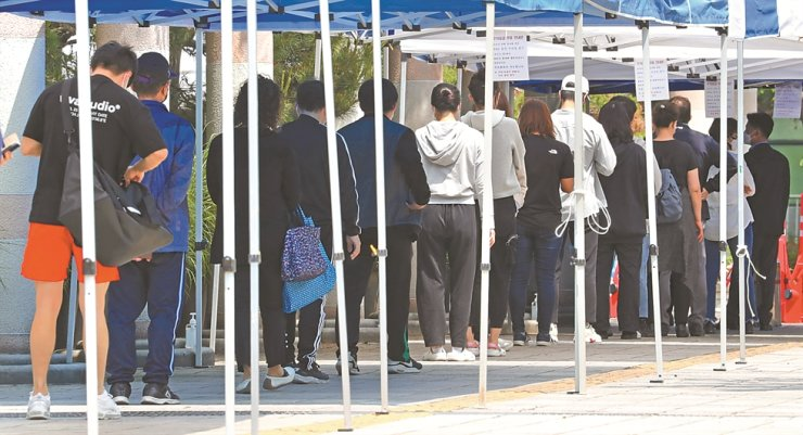 Citizens wait in long lines to go through coronavirus testing at a public health center in Incheon, Thursday. Concerns over further spread of COVID-19 are growing following the new cluster of infections at a Coupang logistics center in Bucheon, Gyeonggi Province. / Yonhap