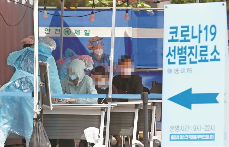 Medical staff at a public health center in Seoul's Yeongdeungpo District carry out coronavirus tests, Monday, after the country saw a sudden hike in the number of COVID-19 infections that were linked to nightclubs and bars in Itaewon. Yonhap