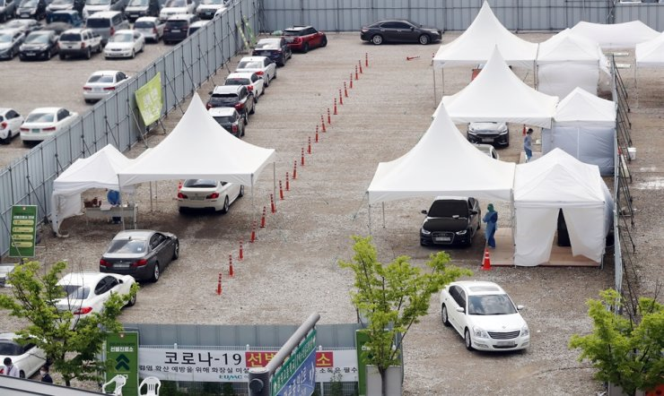 A drive-thru clinic for COVID-19 testing is busy again with cars at Ewha University Seoul Hospital, Seoul, as an infection cluster that was traced back to a nightclub area in Itaewon spreads across the country. /Yonhap