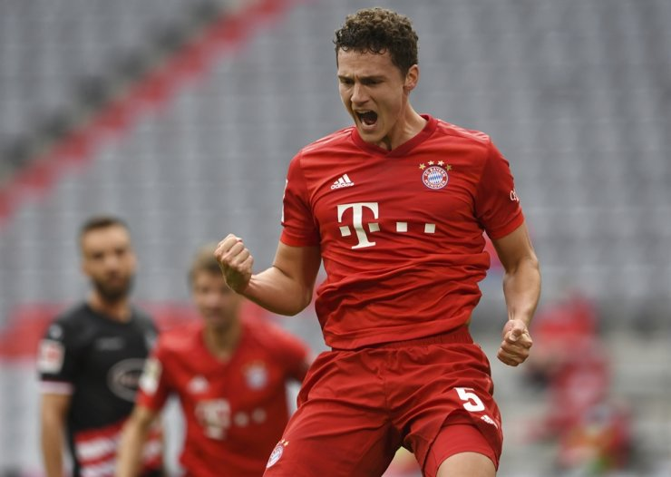 Munich's Benjamin Pavard celebrates his 2-0 after scoring during the German Bundesliga football match between FC Bayern Munich and Fortuna Duesseldorf in Munich, Germany, Saturday. Because of the coronavirus outbreak, all matches of the German Bundesliga take place without spectators. / AP-Yonhap