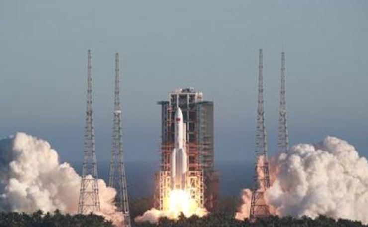 China successfully launched a prototype of its next-generation manned spacecraft ― without astronauts ― along with a new version of its heavy-lift Long March 5 rocket on Tuesday, its space agency said. Xinhua-Yonhap
