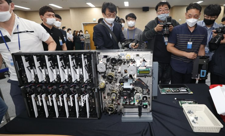 A disassembled ballot sorting machine is shown during the National Election Commission's demonstration of the April 15 general election process at its headquarters in Gwacheon, Gyeonggi Province, Thursday. The election watchdog showed the machines and other items in an attempt to clear ballot rigging allegations raised by an opposition lawmaker and some conservative activists. Yonhap
