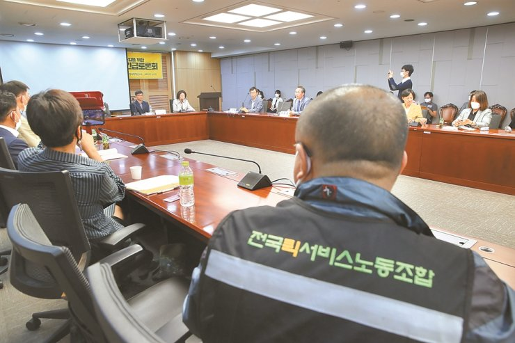 Union representatives of delivery service workers listen to a government plan to expand unemployment insurance at the National Assembly in Yeouido, Seoul, May 21. Yonhap
