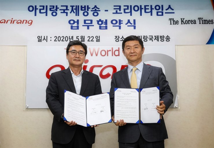 The Korea Times President and Publisher Oh Young-jin, right, and Arirang TV CEO Lee Seung-youl pose after signing a business agreement between the two English-language media outlets at Arirang Tower in southern Seoul, Friday. They will promote the exchange of human resources and content through the agreement. Korea Times photo by Choi Won-suk