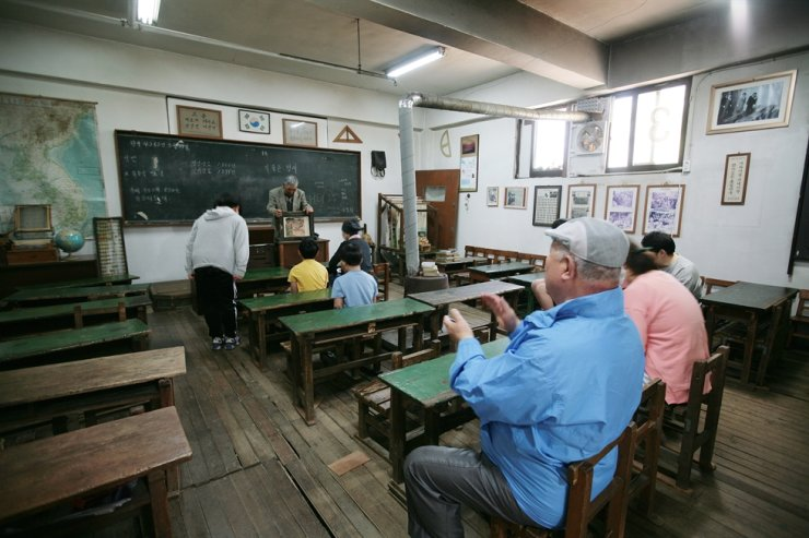 Visitors experience an old classroom in Deokpojin Museum of Education located in Gimpo, Gyeonggi Province. / Courtesy of Korea Tourism Organization