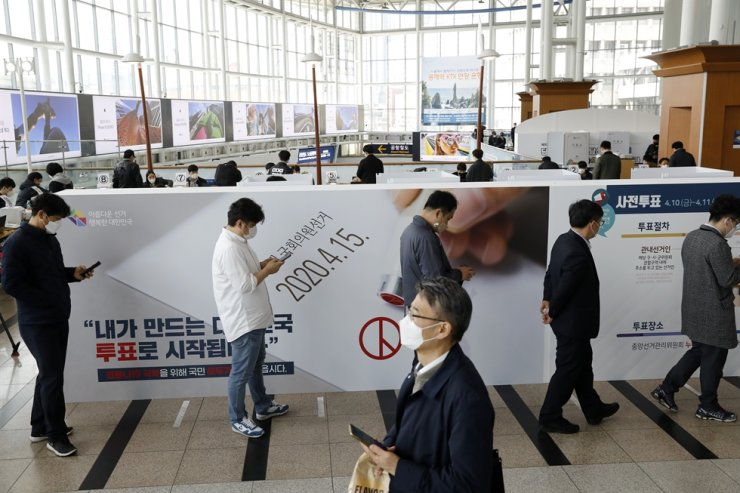 Voters wait in a line to cast their ballots during an early voting for the April 15 general elections at a polling station at Seoul Station, April 10. Korea Times photo by Shim Hyun-chul