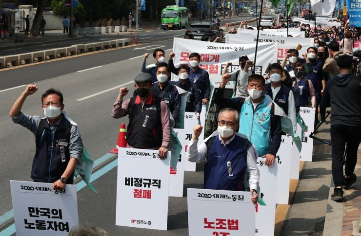 Members of Korean Confederation of Trade Unions march toward Jogye Temple in Seoul during a rally to mark the 130th anniversary of Labor Day, Friday. Korea Times photo by Shim Hyun-chul