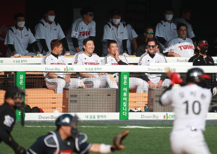 LG Twins second baseman Jeong Keun-woo, thrid from left in the front in the dugout, smiles with his teammates during a Korea Baseball Organization game against Doosan Bears in the Jamsil Baseball Park in Seoul, Tuesday. / Yonhap