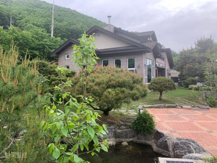 A country house in this photo was bought in 2013 by the Korean Council for Justice and Remembrance for the Issues of Military Sexual Slavery by Japan, to provide shelter to the surviving victims of Japan's wartime sex slavery. But criticism is abounding as the victims were never allowed to stay there. Korea Times photo by Kim Young-hoon