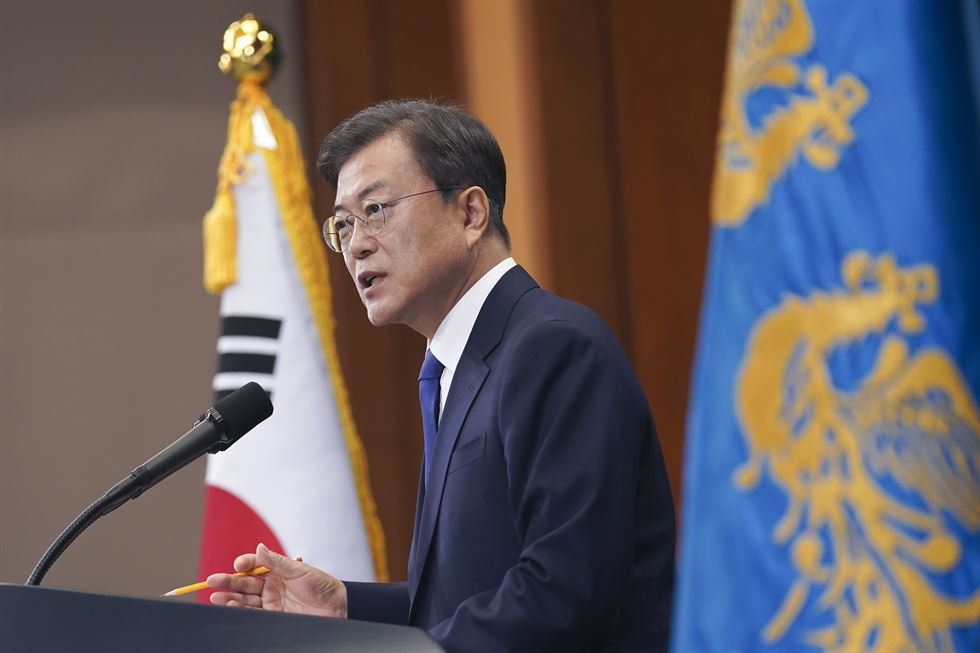 President enters the press room at Cheong Wa Dae before delivering his third anniversary speech on May 10. Yonhap