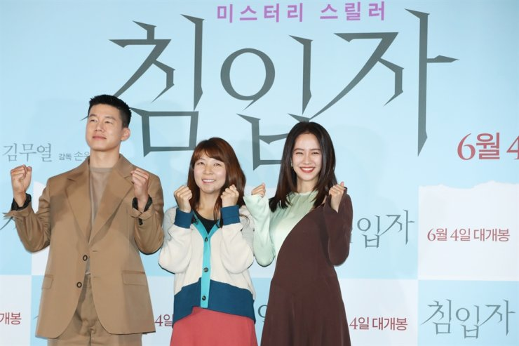 Actor Kim Moo-yul, left, director Sohn Won-pyung and actress Song Ji-hyo at a press conference for the film 'Intruder' held at Yongsan CGV in Seoul, Wednesday. / Yonhap