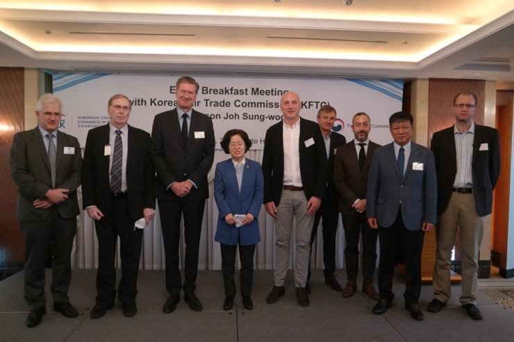 Fair Trade Commission Chairwoman Joh Sung-wook, fourth from left, and European Chamber of Commerce in Korea (ECCK) Vice Chairperson Dirk Lukat, third from left, pose with other CEOs of ECCK member companies during their meeting at Lotte Hotel in Seoul, Tuesday. Courtesy of ECCK