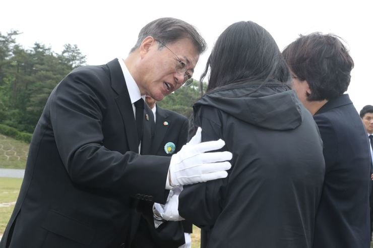 President Moon Jae-in visits a cemetery, Monday, for citizens who died during a pro-democracy uprising that began in Gwangju on May 18, 1980. Yonhap