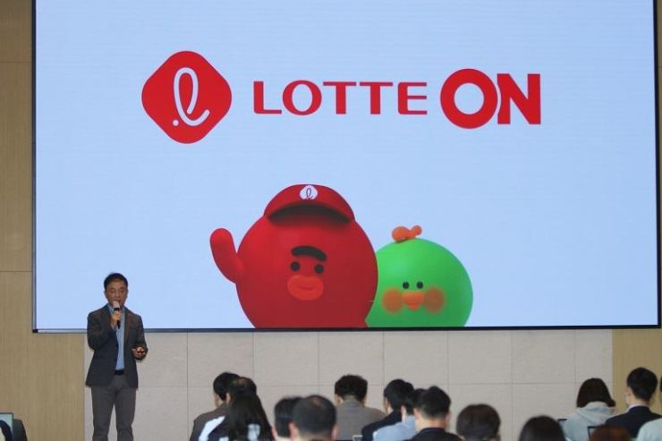 Cho Young-jae, a Lotte Shopping official in charge of the e-commerce business, explains about newly launching combined shopping platform Lotte ON at Lotte Shopping building in Seoul, April 27. / Courtesy of Lotte Shopping