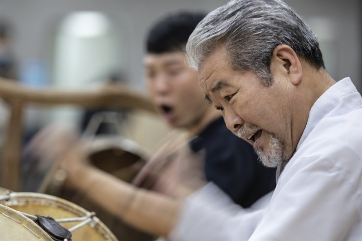 Kim Duk-soo, traditional percussion master and founder of SamulNori, a percussion music group, practices for an upcoming gig on his biographical musical 'The Story of Kim Duk-soo' with his crew at the Sejong Center for the Performing Arts, Seoul, March 14. The musical will run from May 28 to 31 at the theater. Korea Times photo by Choi Won-suk