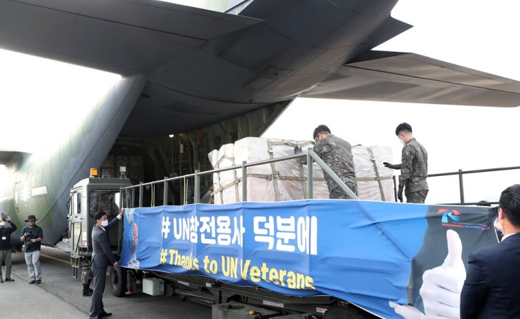 Government officials load face masks on a transport aircraft at Gimhae air base in Busan, May 8, to deliver them to U.S. veterans who participated in the Korean War to help them fight COVID-19. Yonhap