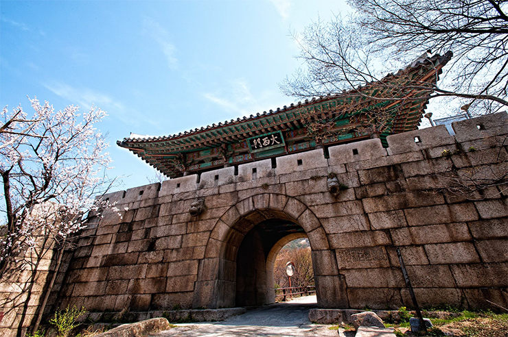 Daesomun (Great West Gate) of the past. Courtesy of Hyunuk Park