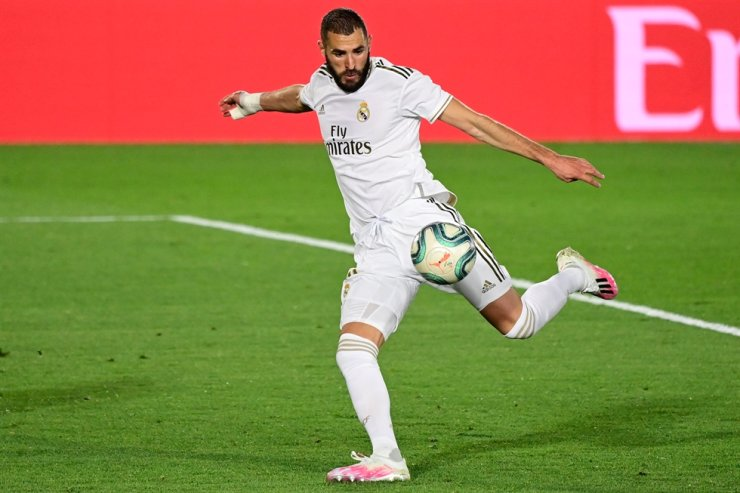 Real Madrid's French forward Karim Benzema eyes on the ball prior to shooting and scoring his second goal during the Spanish league football match between Real Madrid CF and Valencia CF at the Alfredo di Stefano stadium in Valdebebas, on the outskirts of Madrid, Thursday. / AFP-Yonhap