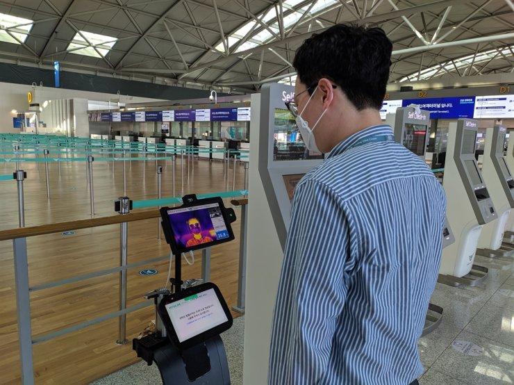 A robot checks a traveler's body temperature at Incheon International Airport, Monday. / Courtesy of Incheon International Airport Corp.