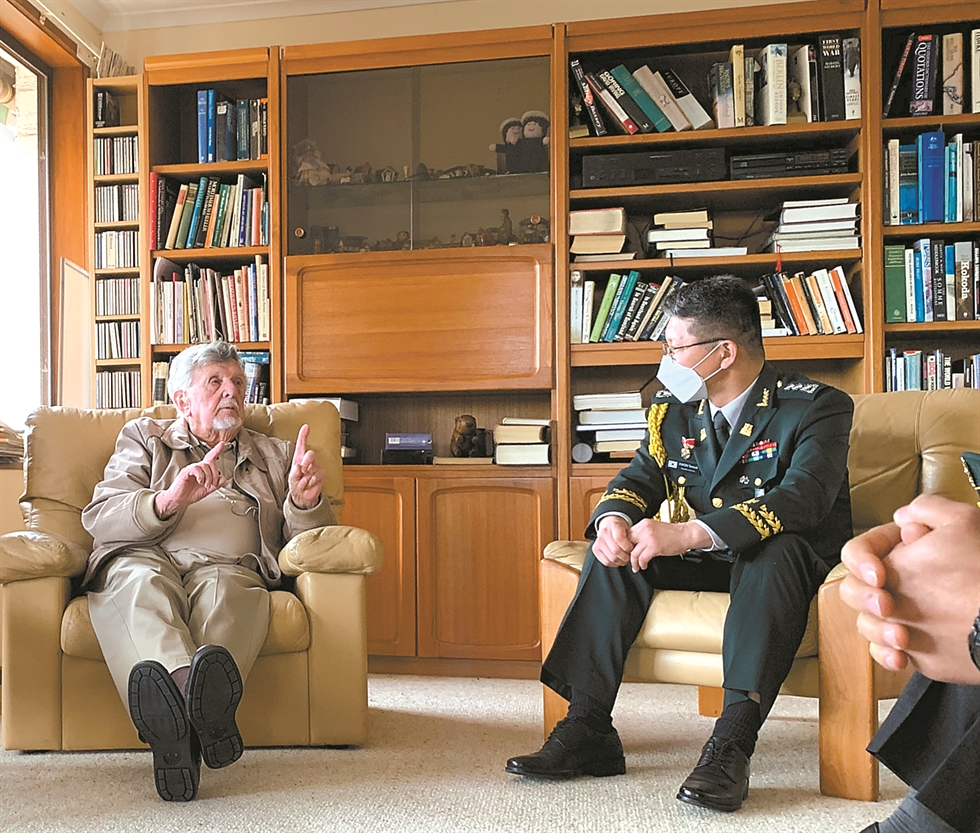 Mike Muller, left, a retired lieutenant-general who participated in the 1950-53 Korean War as a pilot with No. 2 Squadron of the South African Air Force, receives face masks sent by the Korean government to protect foreign veterans from COVID-19, at his home in Pretoria, South Africa, June 8. Defense attache to the Korean Embassy in South Africa Col. Lee Byung-chul delivered masks to South African veterans including Muller. Courtesy of Korean Embassy in South Africa
