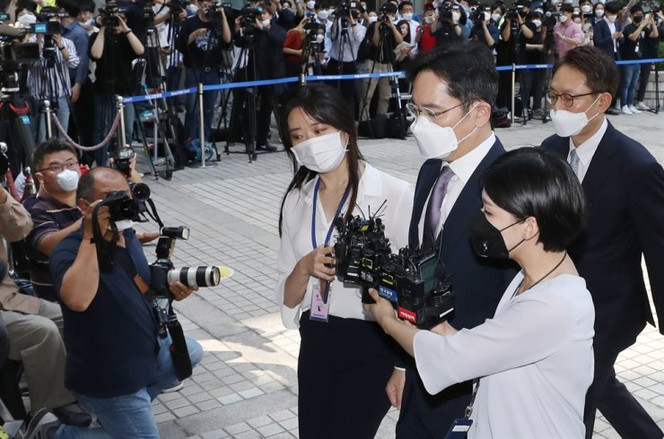 Samsung Group leader Lee Jae-yong appears at Seoul Central District Court, Monday to attend a hearing on the prosecution's arrest warrant issued against him. / Yonhap