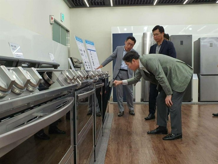 Samsung Electronics Vice Chairman Lee Jae-yong checks the company's home appliances at its home appliance division in Suwon, Gyeonggi Province, June 23. Korea Times file