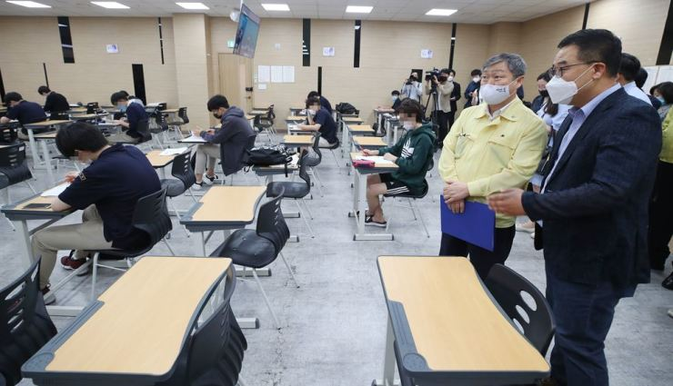 Vice Education Minister Park Baeg-beom, second from left, inspects classroom conditions at a private education academy or hagwon, in Gangnam, Seoul, Tuesday. Yonhap