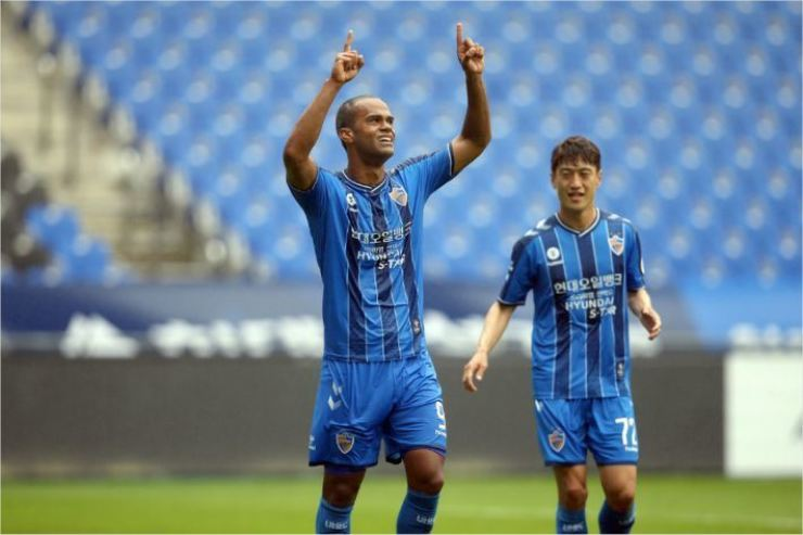 Ulsan FC striker Junior Negrao, left, celebrates after scoring his first goal during the K League 1 first round against Sangju Sangmu at the Munsu Stadium in Ulsan, May 8. / Courtesy of Ulsan FC