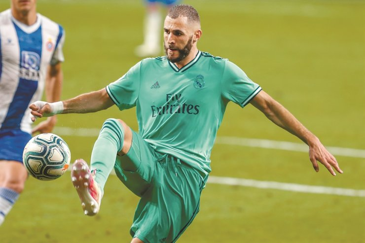 Real Madrid's Karim Benzema controls the ball during the Spanish La Liga football match between RCD Espanyol and Real Madrid at the Cornella-El Prat stadium in Barcelona, Spain, Sunday. / AP-Yonhap