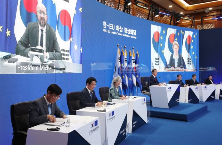 President Moon Jae-in speaks during a virtual summit with European Council President Charles Michel, on the left screen, and European Commission President Ursula von der Leyen, on the right screen, at Cheong Wa Dae, Tuesday, to mark the 10th anniversary of their strategic partnership. The two sides discussed strengthening cooperation in fight against the COVID-19 crisis and on Korean Peninsula issues. The two sides planned to hold the summit here this year, but it was held online due to the pandemic. Yonhap