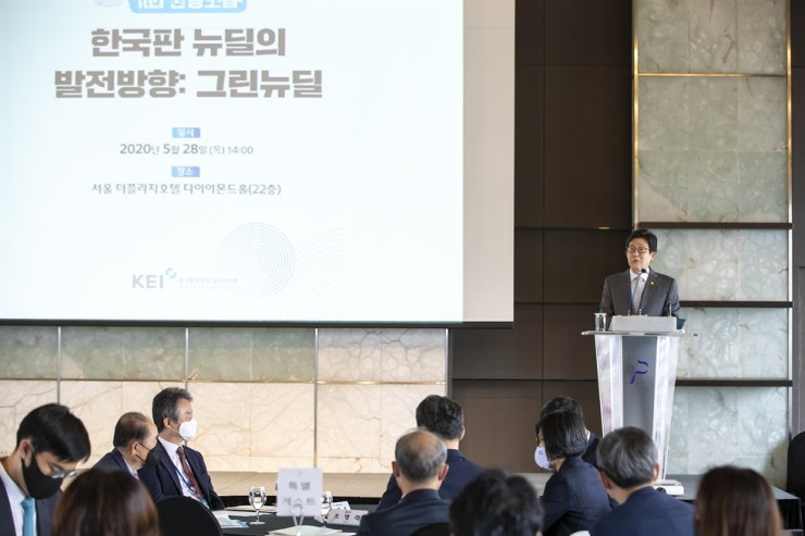 Environment minister Cho Myung-rae delivers a keynote speech at the Korea Environmental Institute's forum about the Ministry of Environment's Green New Deal, at the Plaza Hotel in Seoul's Jung-gu District on May 28. Courtesy of Ministry of Environment