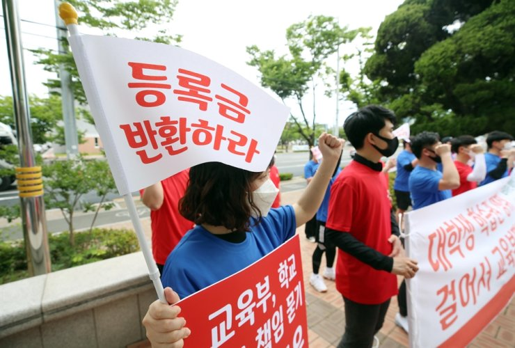 University students from Gyeongsan in North Gyeongsang Province hold a press conference at Gyeongsan City Hall, calling for tuition refunds, in this June 2 photo. Yonhap