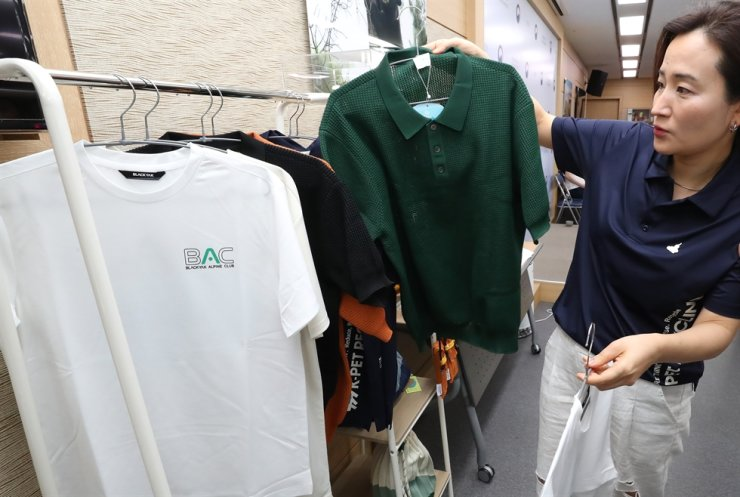 T-shirts, bags, bottles and other products made from recycled plastics are displayed at the government complex in Sejong, Tuesday. Yonhap