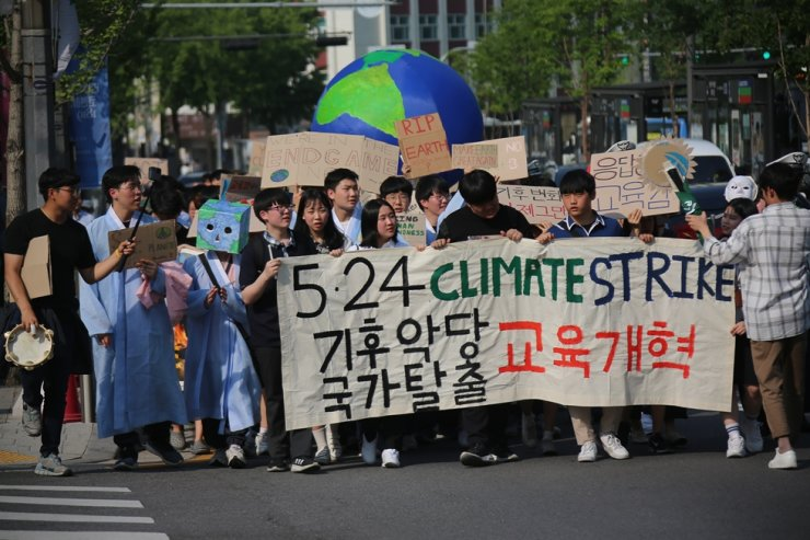 Members of Youth4ClimateAction Korea stage a rally outside the Seoul Metropolitan Education Office asking the office to join the fossil fuel divestment movement in May 2019. / Courtesy of Youth4ClimateAction