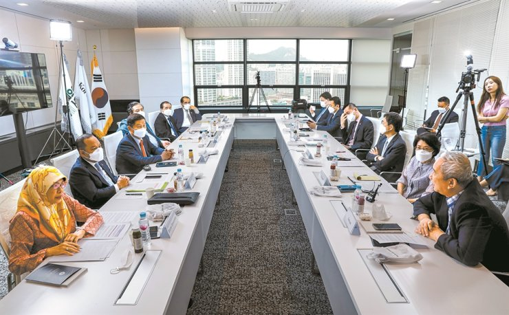 Participants at a roundtable hosted by The Korea Times discuss ASEAN-Korea efforts to fight COVID-19 at the newspaper office in central Seoul, June 15. / Korea Times photo by Shim Hyun-chul