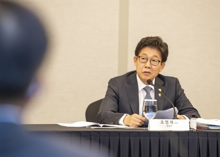 Environment Minister Cho Myung-rae speaks during a meeting with CEOs of member companies of the national sustainable development business association at the Grand Intercontinental Seoul Parnas in Gangnam District, Wednesday. Yonhap