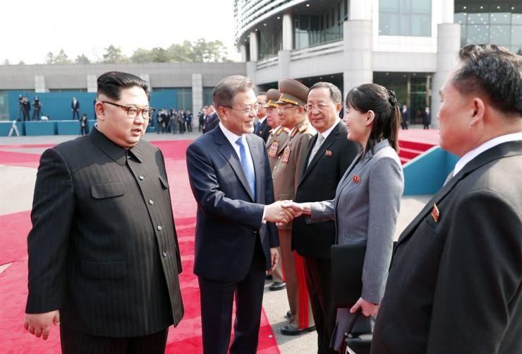 President Moon Jae-in shakes hands with North Korea leader's sister Kim Yo-jong. Yonhap