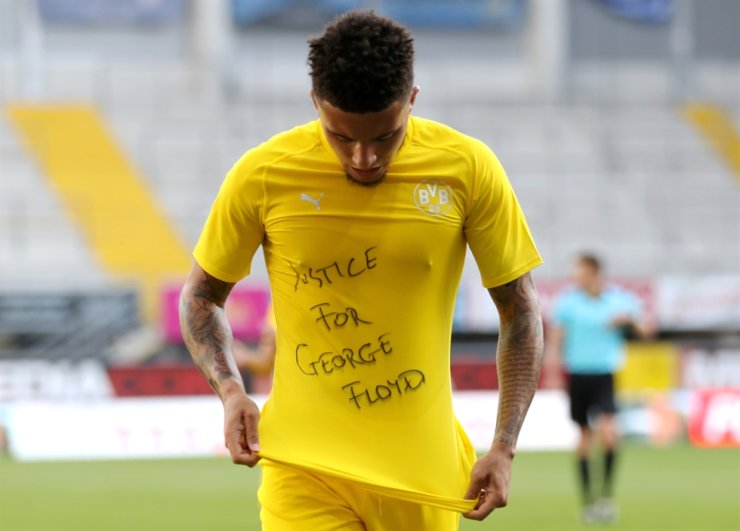 Borussia Dortmund's Jadon Sancho celebrates scoring their second goal with a 'Justice for George Floyd' shirt, as play resumes behind closed doors during the Bundesliga march against SC Paderborn following the outbreak of the coronavirus disease (COVID-19 ), May 31. / Reuters-Yonhap